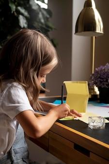 Zbliżenie dziewczyny malowanie pędzlem