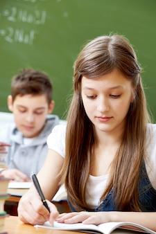 Zbliżenie dziewczyny poważne pisanie streszczenia