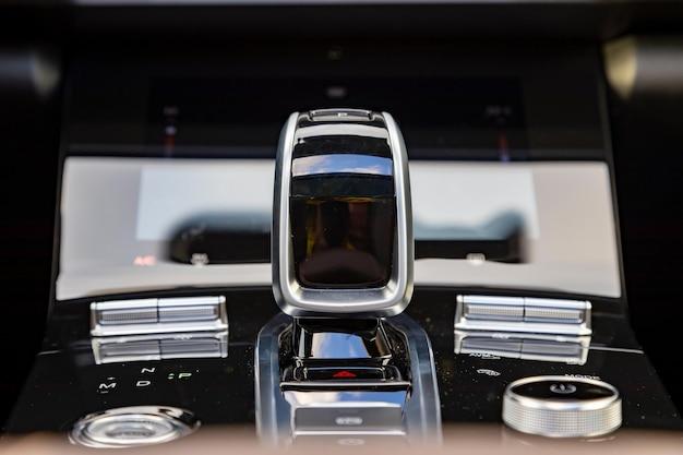 Zbliżenie dźwigni automatycznej skrzyni biegów nowoczesnego samochodu premium bez ludzi