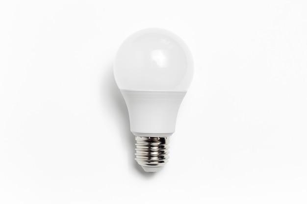 Zbliżenie eko żarówki na białym tle. minimalistyczna koncepcja przedmiotu. nowa koncepcja pomysłu.