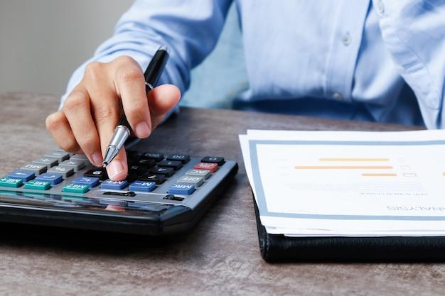 Zbliżenie ekonomista używa kalkulatora