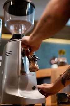 Zbliżenie ekspres do kawy w sklepie z kawą