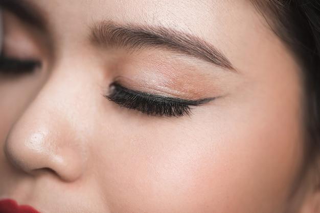 Zbliżenie elegancji piękne kobiece oko z moda cień do powiek i eyeliner.