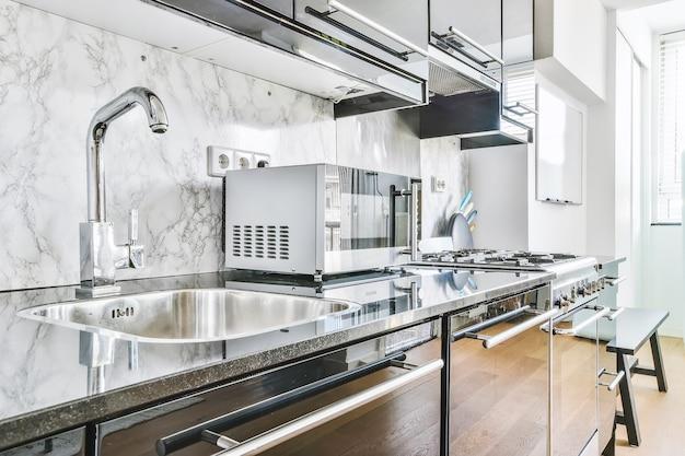 Zbliżenie elegancki zlew w luksusowej kuchni