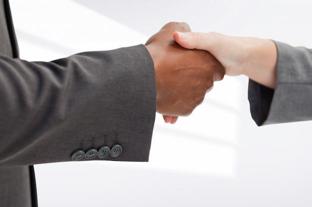 Zbliżenie eleganckich biznesmenów zamknięcia transakcji