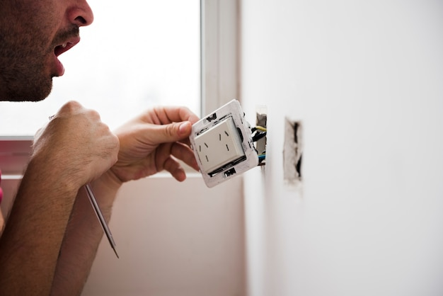 Zbliżenie elektryka instalacji wtyczki w domu