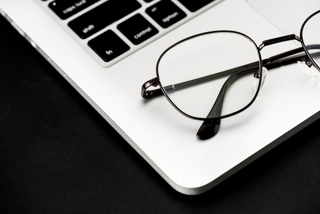Zbliżenie eyeglasses na komputerowym laptopie