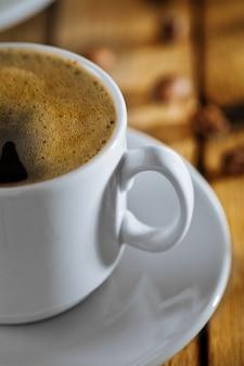 Zbliżenie filiżanka kawy na stole