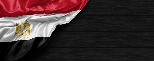 Zbliżenie flagi stanów zjednoczonych egiptu na czarnym drewnianym tle renderowania 3d