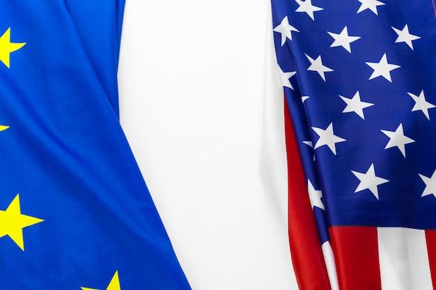 Zbliżenie flagi usa i unii europejskiej, leżąc razem na stole