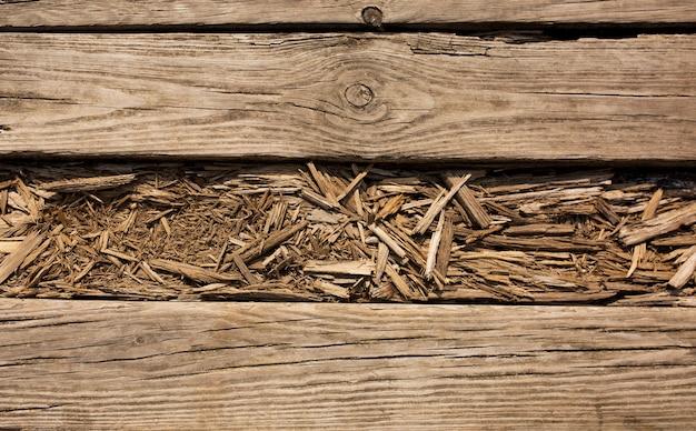Zbliżenie fragment wiejskiej drewnianej podłogi z pęknięciami