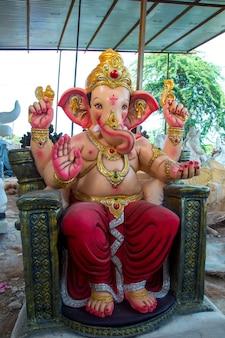 Zbliżenie ganesha idol na warsztatach artystów podczas festiwalu ganesha