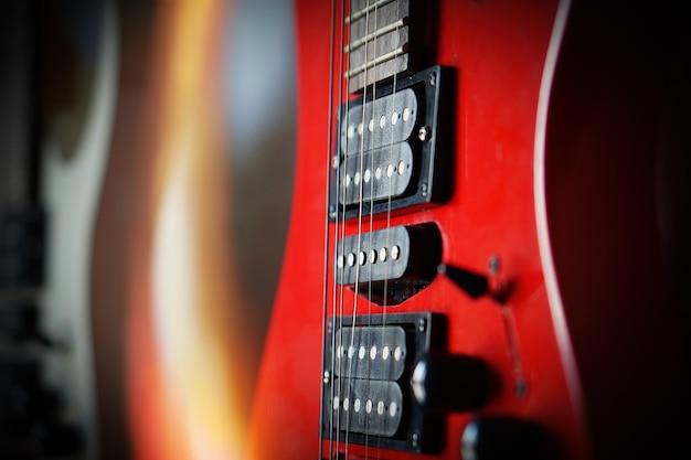 Zbliżenie gitara elektryczna promienie słoneczne karta muzyczna. muzyczny instrument smyczkowy.