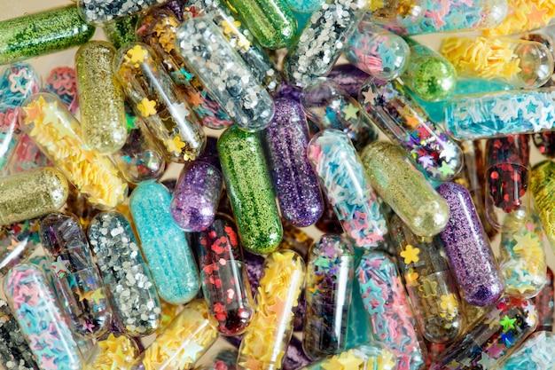 Zbliżenie glittery shimmery błyszczący pigułki kapsuły tło