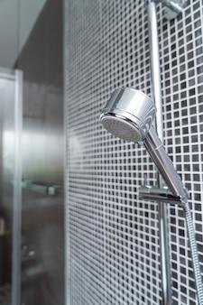 Zbliżenie głowicy prysznicowej w łazience