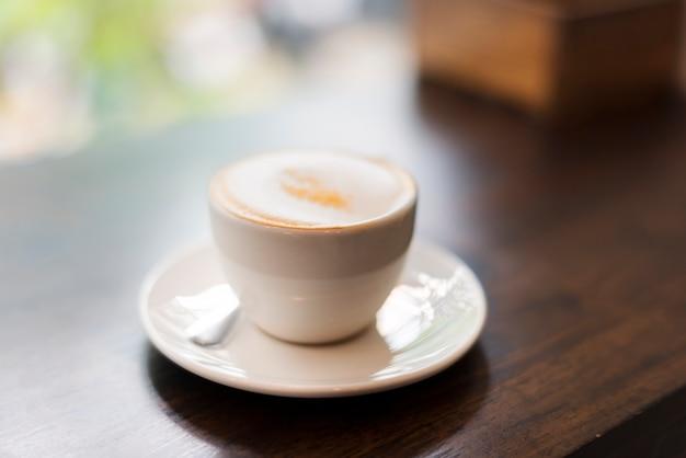 Zbliżenie gorący napój na drewnianym stole