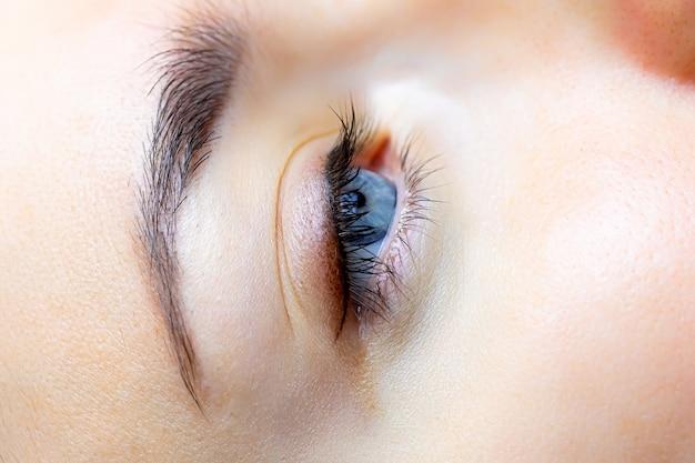 Zbliżenie gotowej pracy makijażu permanentnego rzęs i powieki