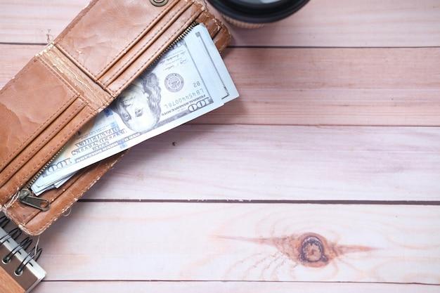 Zbliżenie gotówki w portfelu na stole