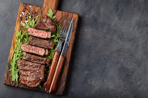 Zbliżenie gotowy do jedzenia stek new york.