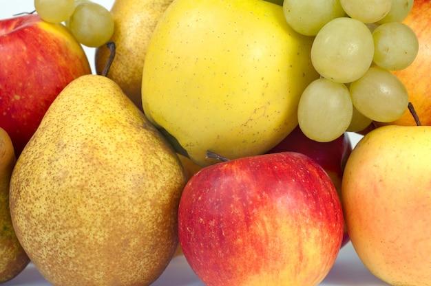 Zbliżenie grupa jesiennych owoców (winogrona, jabłka, gruszki)