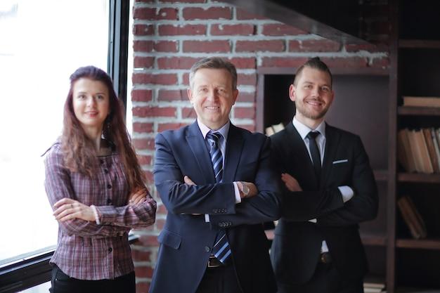 Zbliżenie. grupa ludzi biznesu stojących w nowoczesnym biurze