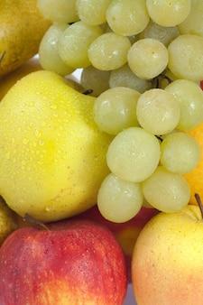 Zbliżenie grupa mokrych jesiennych owoców (winogrona, jabłka, gruszki)