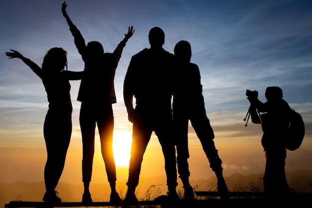 Zbliżenie. grupa turystów spotyka świt na wulkanie batur. bali, indonezja