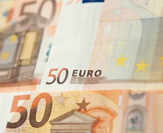 Zbliżenie grupy banknotów pięćdziesięciu euro w tle