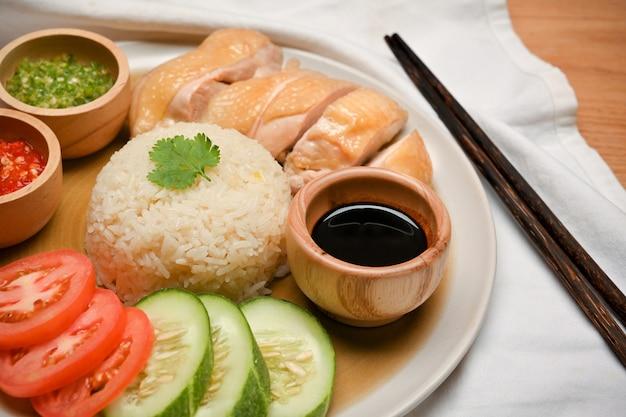Zbliżenie hainanese kurczak ryż gotowany kurczak przyprawiony ryż sosy chili sos sojowy