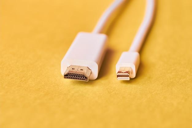 Zbliżenie hdmi i mini pokazu portu kable na żółtym tle