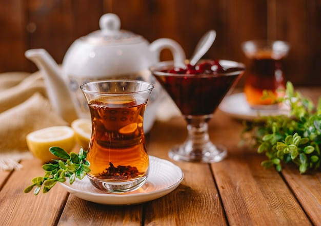 Zbliżenie herbaty w szklance armudu podawane z azerbejdżańską murabbą i cytryną