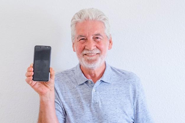 Zbliżenie i portret dojrzałego mężczyzny trzymającego telefon i pokazującego go w aparacie - online i społecznościowy styl życia i koncepcja seniora