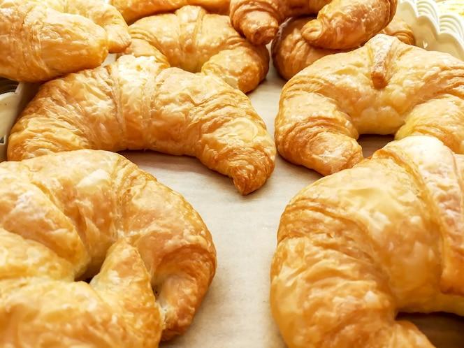 Zbliżenie i uprawa croissant na piekarnia papierze w piekarni robimy zakupy