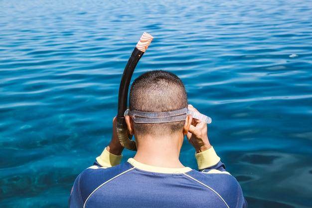 Zbliżenie I Widok Z Tyłu Mężczyzny Przygotowującego Się Do Nurkowania Z Rurką I Skakania Pod Wodę Premium Zdjęcia