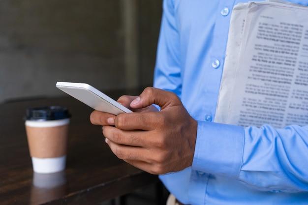 Zbliżenie istota ludzka wręcza używać telefon komórkowego.