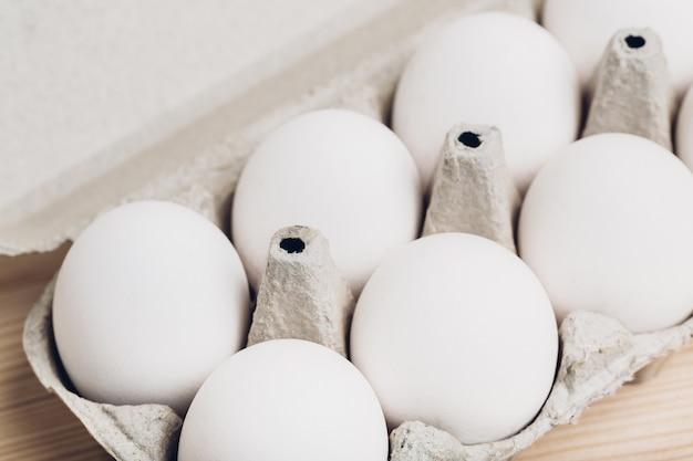Zbliżenie jaj kurzych w pudełku. miękkie światło