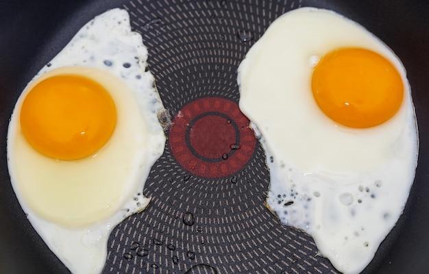 Zbliżenie: jajka sadzone na patelni. widok z góry