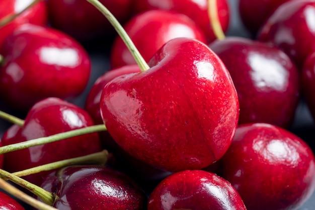 Zbliżenie jasne soczyste świeże wiśnie. pyszne i zdrowe jagody, zdrowa żywność, wegetarianizm