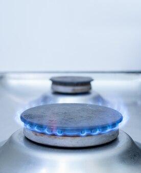 Zbliżenie jednego palnika gazowego pieca z niebieskim płomieniem