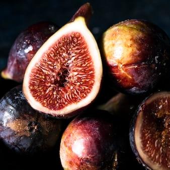Zbliżenie: jesienne figi na talerzu