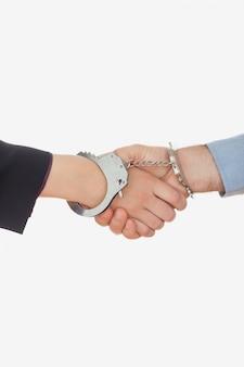 Zbliżenie kajdanki uścisk dłoni