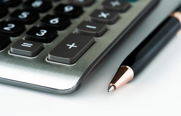 Zbliżenie kalkulator z piórem