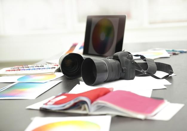 Zbliżenie.kamera i szkice na biurku projektanta .koncepcja kreatywności