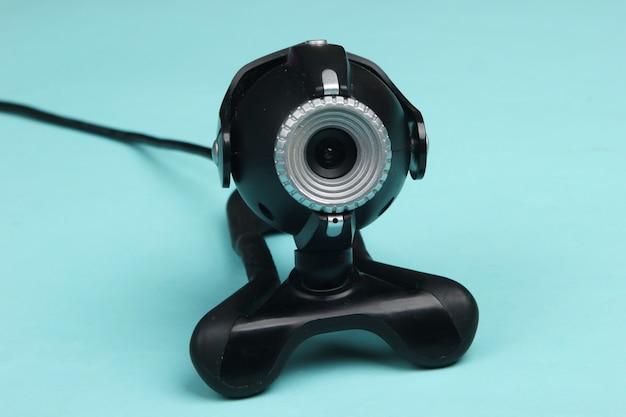 Zbliżenie kamery internetowej na niebiesko. widzę cię!
