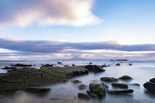 Zbliżenie kamieni na wybrzeżu morza