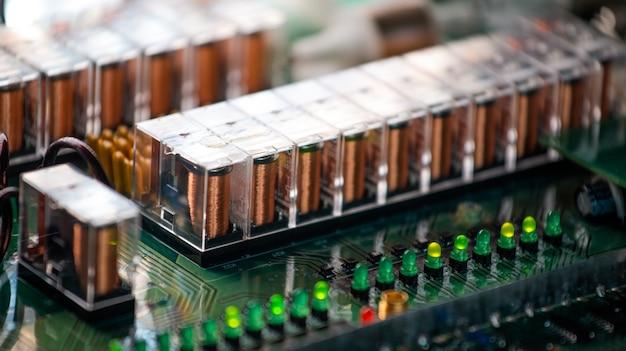 Zbliżenie kanałów i przejść na mikroukładzie podłączonym w fabryce sprzętu elektrycznego