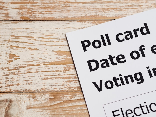 Zbliżenie karty ankiety pod dużym kątem