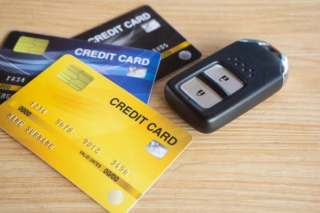 Zbliżenie karty kredytowej i kluczyk do samochodu na stole
