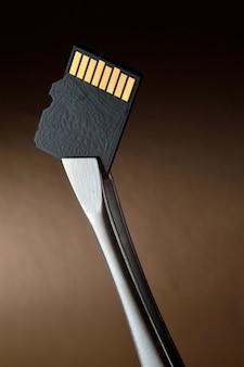 Zbliżenie karty pamięci micro sd z pęsetą