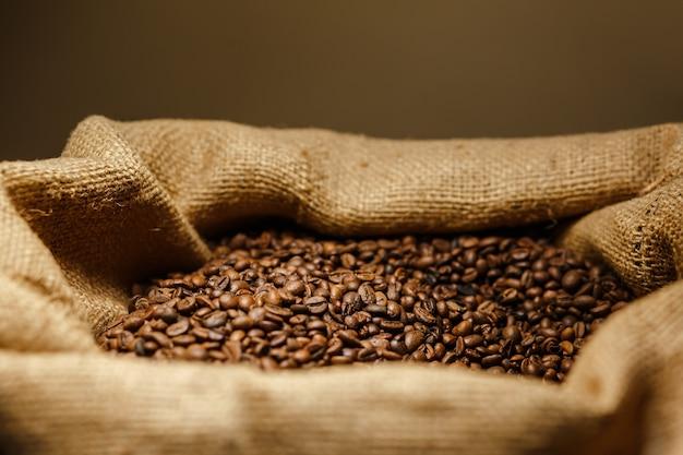Zbliżenie kawa juta worek pełen ziaren kawy w kawiarni